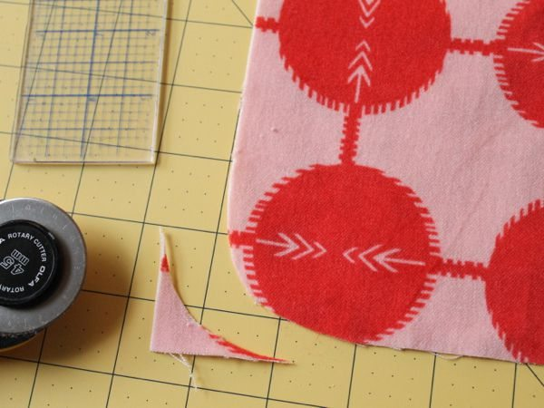 Como hacer un puff cuadrado reciclando retazos de tela