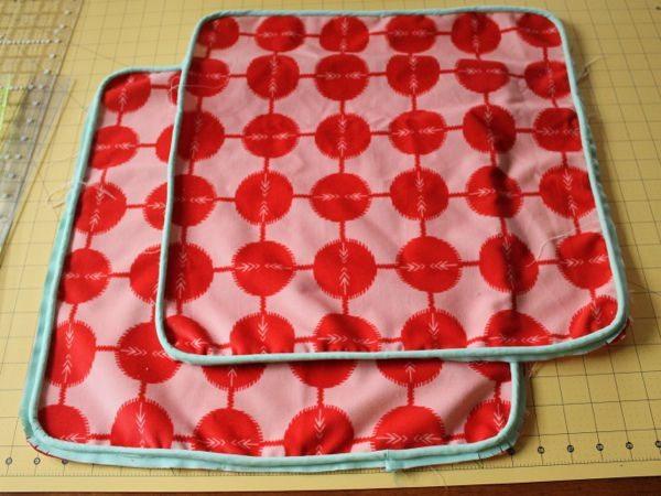 Como hacer un puff cuadrado reciclando retazos de tela for Puff cuadrados